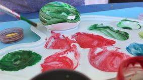 Pâques Oeufs de peinture avec le bébé banque de vidéos