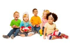 Panier d'oeuf de pâques de petits enfants Image stock