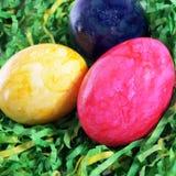 Pâques a peint des oeufs dans l'herbe artificielle Photo libre de droits