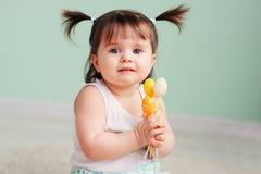 Pâques se ferment vers le haut du portrait d'intérieur du bébé heureux mignon Photographie stock