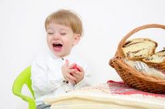 Pâques traditionnelle et enfant Photographie stock libre de droits