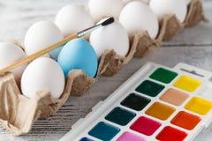 Pâques, vacances, concept de tradition - fermez-vous de l'easte de coloration photographie stock libre de droits