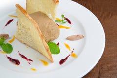Pâté avec du pain grillé du plat blanc images libres de droits