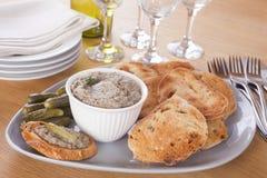 Pâté avec du pain grillé sur un plateau Photo stock