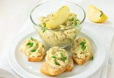 Pâté crémeux servi avec du pain français images stock