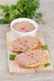 Pâté de foie avec le poivre rose sur le pain grillé Image libre de droits