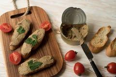 Pâté de foie sur le pain sur le plateau en bois Images stock