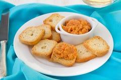 Pâté de poissons avec des mini pains grillés Image stock