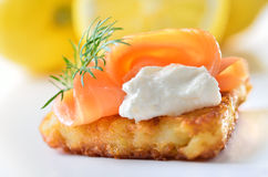 Pâté de pomme de terre avec des saumons Image libre de droits