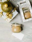 Pâté de poulet dans le pot en verre sur le fond des cadeaux de Noël, saisonnier faits maison et des vacances Place pour le texte photographie stock