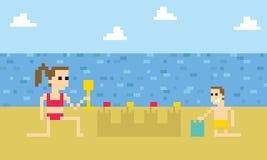 Pâté de sable d'Art Image Of Children Building de pixel sur la plage Photos libres de droits