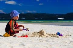 Pâté de sable de bâtiment d'enfant sur la plage Photos libres de droits