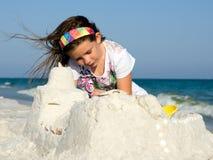 Pâté de sable de construction d'enfant sur une plage images stock