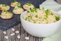 Pâté des haricots de whire aux oignons verts Photos stock