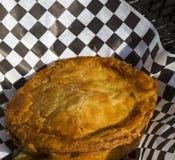 Pâté en croûte de poulet sur la table de patio noire Photo stock