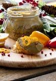 Pâté frais avec du pain sur la table en bois photographie stock libre de droits