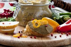 Pâté frais avec du pain sur la table en bois photos stock