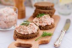 Pâté fumé de fromage de saumon et fondu, d'aneth et de raifort sur des tranches Photo libre de droits