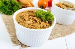 Pâté sensible de foie de poulet dans des cuvettes en céramique Images libres de droits