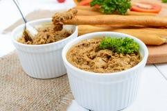 Pâté sensible de foie de poulet dans des cuvettes en céramique Photos stock