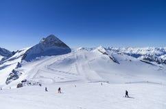 Pâtées de ski sur le dessus du glacier dans les Alpes Photographie stock