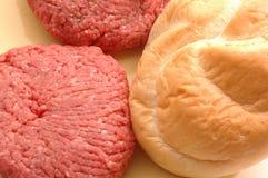 Pâtés d'hamburger avec le pain Images libres de droits