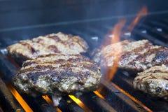 Pâtés d'hamburger sur le gril Image libre de droits