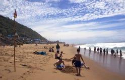 Pâtés de sable de creusement chez Brighton Beach, Durban Afrique du Sud image stock