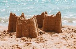 Pâtés de sable sur la plage, concept de vacances, modifié la tonalité photo libre de droits