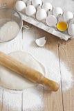 Pâte à levure avec la roulement-goupille images stock