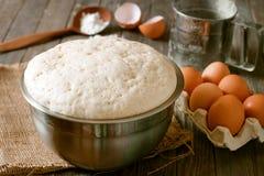 Pâte à levure fraîche avec des oeufs Photos stock
