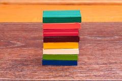 Pâte à modeler colorée par s de ` d'enfants de photo Matériaux pour la créativité Photographie stock