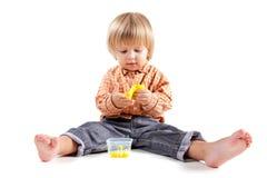 Pâte à modeler mignonne de moulage de petit garçon photographie stock