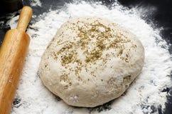 Pâte avec des heabs pour le pain Images libres de droits