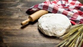 Pâte avec une goupille et des épillets de blé photographie stock