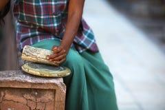 Pâte cosmétique birmanne de Thanaka du Ba au sol d'arbre Photos libres de droits