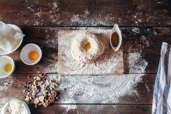 Pâte crue avec de l'huile sur la configuration d'appartement de table de cuisine image libre de droits