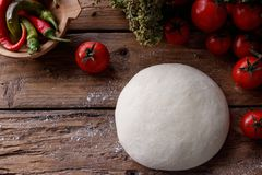 Pâte crue pour la pizza avec le fond en bois d'ingrédients Image libre de droits
