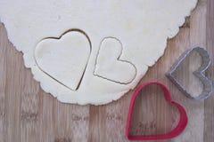 Pâte de biscuit de sucre avec les coupeurs en forme de coeur de biscuit Images libres de droits