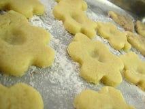 Pâte de biscuit prête pour le traitement au four Photos libres de droits