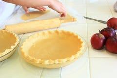 Pâte de coupe de personne pour une tarte aux pommes Images stock
