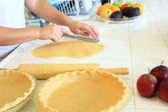 Pâte de coupe de personne pour une tarte aux pommes Photos libres de droits