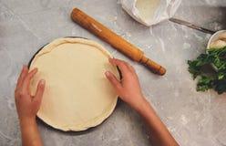 Pâte de déroulement dans la forme de pizza photographie stock libre de droits