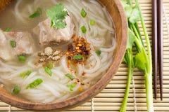 Pâte de farine de riz avec du porc dans la cuvette en bois Photographie stock libre de droits
