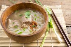 Pâte de farine de riz avec du porc dans la cuvette en bois Photos libres de droits