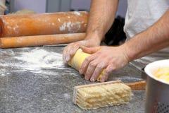 Pâte de malaxage de Baker pour le gâteau dans une boulangerie Photos libres de droits
