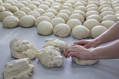 Pâte de malaxage de boulanger féminin photos libres de droits