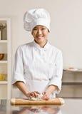 Pâte de malaxage de chef dans la cuisine commerciale image libre de droits