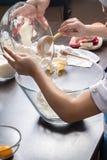 Pâte de malaxage de petite fille pour des biscuits Nourritures de vacances image stock
