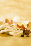 Pâte de pâtisserie de Phyllo, oeufs, beurre, pommes, raisins secs Photographie stock